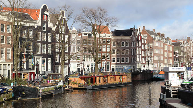 buildings and channel in amsterdam